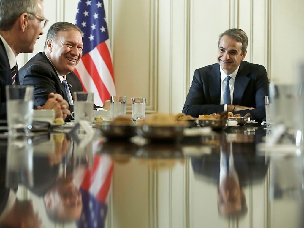 Die Beziehungen zwischen den USA und Griechenland seien noch nie so stark gewesen wie heute, sagte US-Aussenminister Pompeo (M) beim Empfang durch den griechischen Regierungschef Mitsotakis (r) in Athen. Die USA interessieren sich vor allem für eine engere militärische Zusammenarbeit. (Bild: KEYSTONE/EPA ANA-MPA/YANNIS KOLESIDIS)