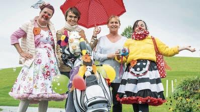 Golfer und Nichtgolfer: Christine Lienhard (mit Schrim), Präsidentin der Stiftung Lebensfreude und Renata Riebli, Initiantin des Benefizgolfturnieres, umrahmt von Clowninnen Sissi und Trudi. (Bild: Andrea Stalder)