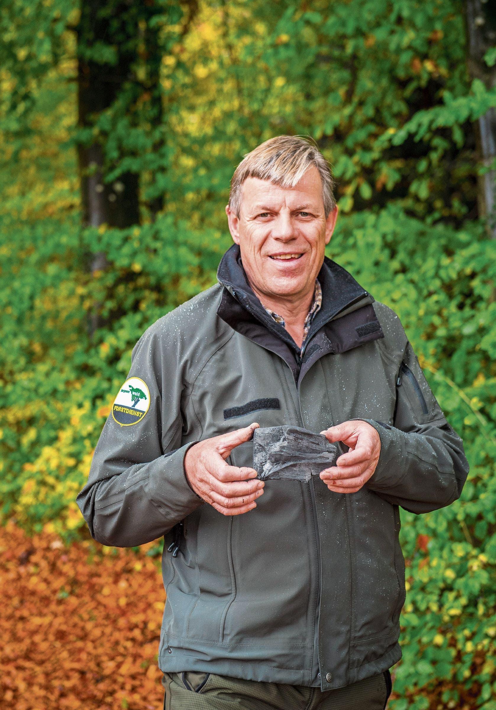 Claude Engeler mit einem Stück Kohle in der Hand – der Dividende für Aktionäre einer Köhleraktie. Bild: Urs Bucher