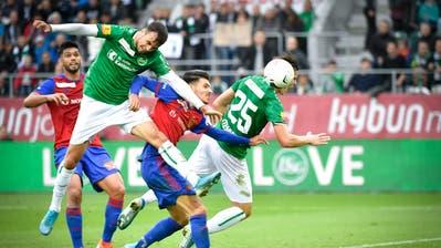Anhaltende Angriffsbemühungen: Die St.Galler Jérémy Guillemenot (vorne) und Ermedin Demirovic stürzen sich auf einen Flankenball. (Bild: Ralph Ribi)