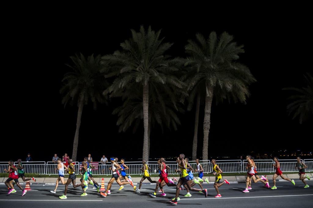 Einzigartige Bilder: Die Marathon-Konkurrenzen fanden in Doha um Mitternacht statt. (Bild: Keystone)
