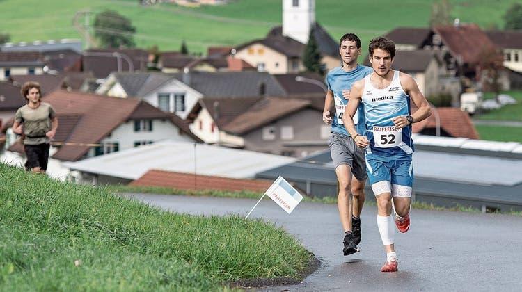 Der 32-jährige Philipp Arnold (vorne) setzt sich vom Start weg an die Spitze. (Bild: Pius Amrein, Hasle, 6. Oktober 2019)