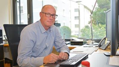 Matthias Hofmann in seinem hellenBüro im Gemeindehaus. (Bild: Mario Testa)