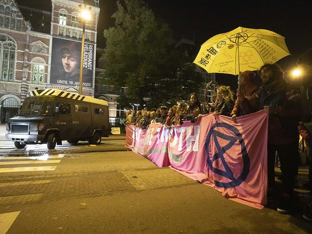 In Amsterdam liess die Polizei die Demonstranten erst gewähren, nahm später aber Dutzende Aktivisten vorläufig fest. (Bild: KEYSTONE/EPA ANP/NIELS WENSTEDT)