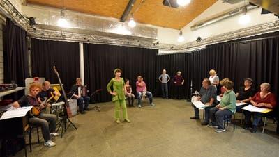Viel Volk auf der Bühne: Drei Musiker und 15 Schauspielerinnen und Schauspieler wirken beim neusten Theagovia-Stück mit. (Bild: Mario Testa)