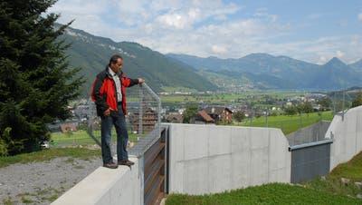 Der Stanser Gemeinderat Peter Kaiser vor dem Sammler Hostatt der Hochwasserschutzverbauung Kniri West. (Bild: Matthias Piazza, Stans, 3. September 2009)