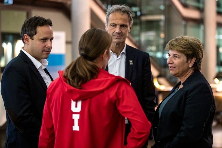 Viola Amherd unterhält sich mit (v.l.) Olympia-Delegationschef Ralph Stöckli, Triathletin Nicola Spirig und Swiss-Olympic-Direktor Roger Schnegg. (Bild: Swiss Olympic)