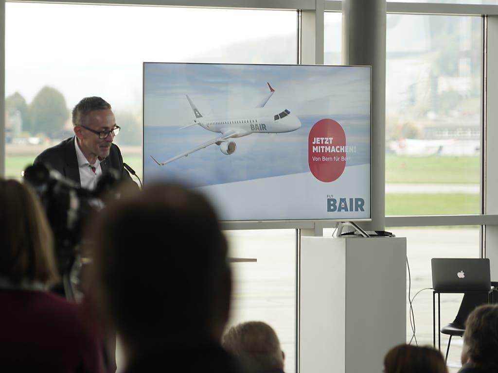 «Jetzt mitmachen»: Berns Flughafendirektor Urs Ryf präsentiert die Pläne für eine «Volksairline» mit dem Namen «FlyBAIR». (Bild: KEYSTONE/ADRIAN REUSSER)