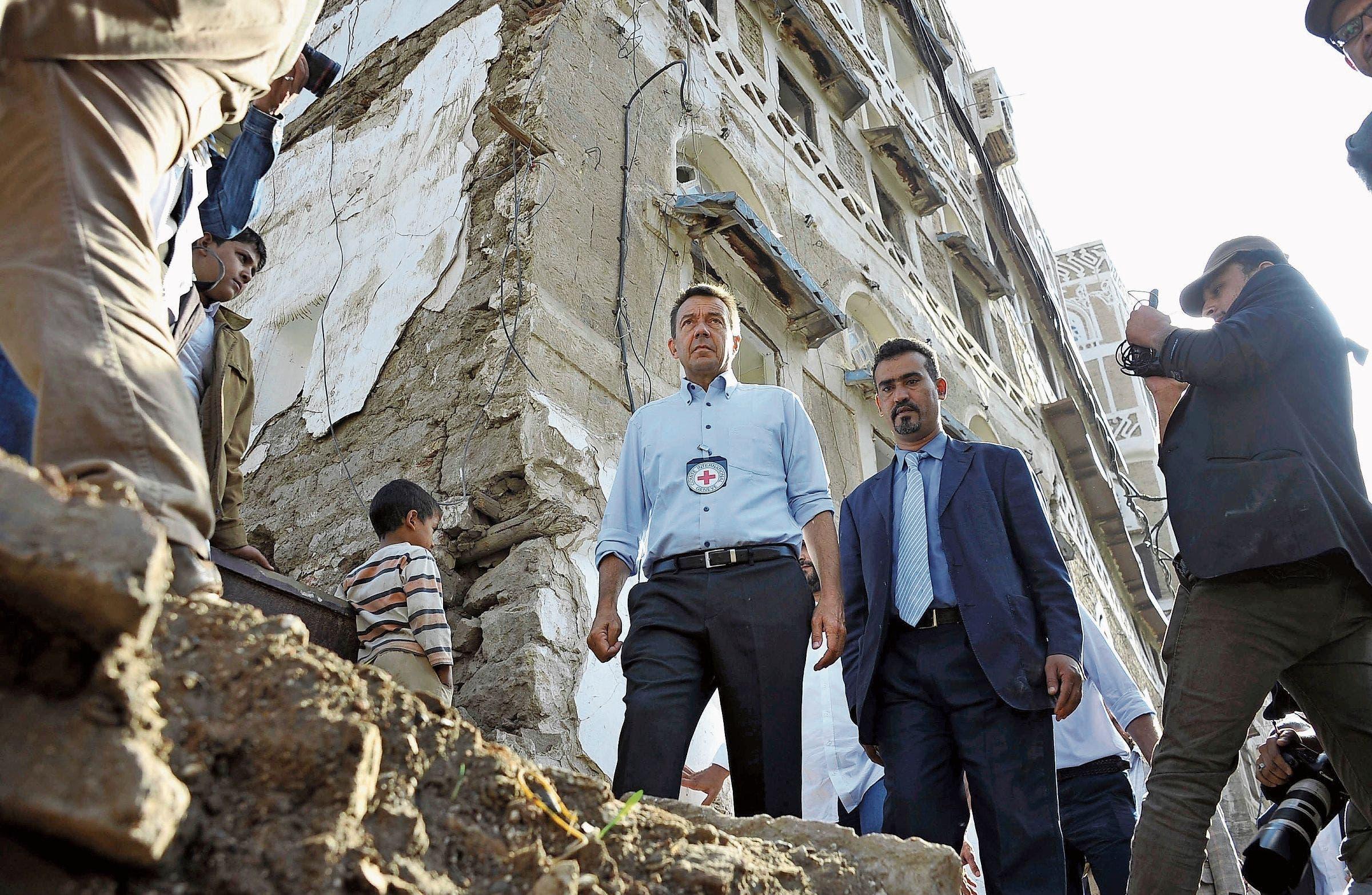 Peter Maurer inspiziert Kriegsschäden im Jemen. (Bild: Getty)