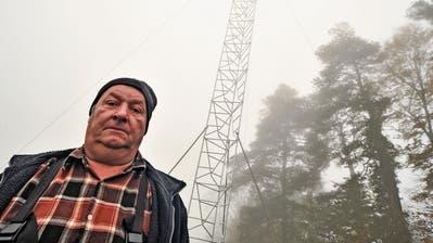 Nebel auf der Siggisegg: Antennengegner Martin Dönni steht vor dem Baugespann für den neuen Sendemasten. (Bild: Olaf Kühne)