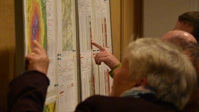Wie laut wird es bei meinem Haus? Auf einer Karte informieren sich die Besucherinnen und Besucher der Infoveranstaltung. (Bild: Ruben Schönenberger)
