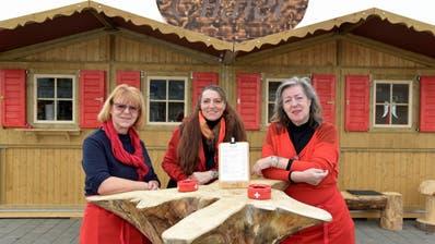 Jrene Merz, Norma Binder und Brigitte Karmelhofer vor ihrem Glühwein-Chalet im Shopping Walke. (Bild: Mario Testa)