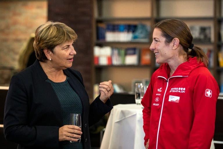 Bundesrätin Viola Amherd im Gespräch mit Triathletin Nicola Spirig. (Bild: Swiss Olympic)