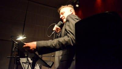 Ehe die Vorführung beginnt, dirigiert Oliver Kühn das Publikum so, dass auch jeder noch einen Sitzplatz findet. (Bild: Christoph Heer)