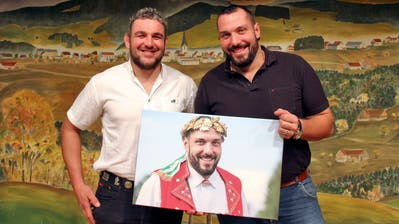 Für seinen 100. Kranz erhielt Daniel Bösch (rechts) aus den Händen von Urban Götte ein Bild. (Bild: Pascal Schönenberger)