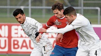 Der Chamer Kemil Festic wird gleich von zwei Spielern des FC Köniz, Dennis Wyder (links) und Ivan Haranbasic, bedrängt. (Bild: Stefan Kaiser, Cham, 10. November 2019)
