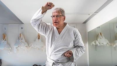 Zwischen zwei Oss: Karateka Franz Brunner. (Bild: Dominik Wunderli, Luzern, 17. Oktober 2019)