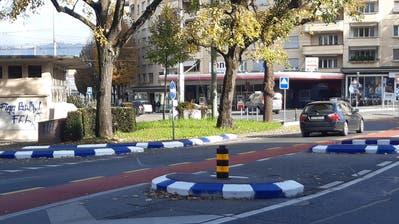 Die blau-weissen Randsteine am Bundesplatz sind augenfällig. (Bild: Stefan Welzel, Luzern, 10. November 2019)