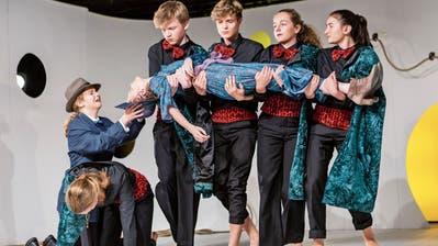Die Theatergruppe 14plus überzeugte mit ihrer schauspielerischen Leistung. (Bild: Patrick Hürlimann, Zug, 8. November 2019)