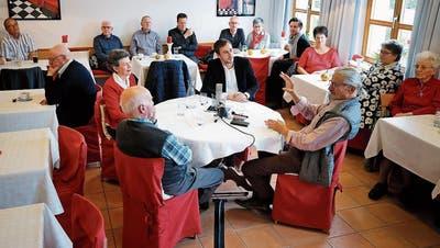 Ein Gespräch über vergangene Zeiten: Margrit Staub, Hans Meyer, Moderator Remo Hegglin und Beat Weber (von links). (Bild: Stefan Kaiser, Menzingen, 9. November 2019)