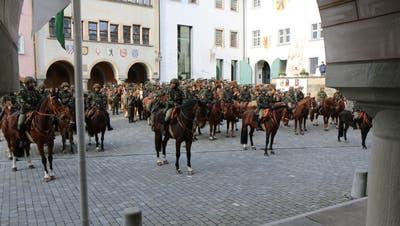 Die Train-Kolonne 13/3 marschierte am Montagnachmittag mit 63 Pferden und Maultieren von Bazenheid nach Wil, wo sie auf dem geschichtsträchtigen Hofplatz die Standarte übernahm. (Bild: Hans Suter)