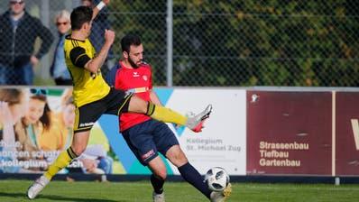 Fussball: SC Cham II - FC Altdorf im Eizmoos Stadion Cham.Im Bild: Der Chamer Alex Halef am Ball, Samuel Lustenberger von Altdorf grätscht rein.-------(Bild: Stefan Kaiser, Cham, 27. Oktober 2019)