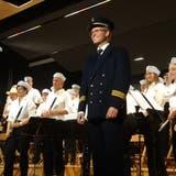 Musikgesellschaft Scherzingen: Die Matrosen und ihr Kapitän, alias Dirigent Roland Betschen. (Bild: Erwin Schönenberger)