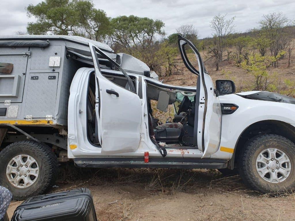 Die tödlich verletzte Giraffe krachte auf den Safari-Mietwagen, hinter dessen Steuer ein Schweizer Fahrer sass. (Bild: Twitter / Kürger-Nationalpark)