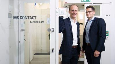 Die Jungunternehmer und Chefs der MS Protect AG, Manuel Füllemann (links) und Simon Schefer, neben einer Personenschleuse. (Bild: Urs Bucher)