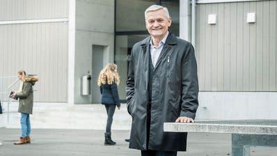 Der abtretende Schulpräsident Fredi Himmelberger auf dem Pausenplatz seiner Schule. (Bild: Andrea Stalder)