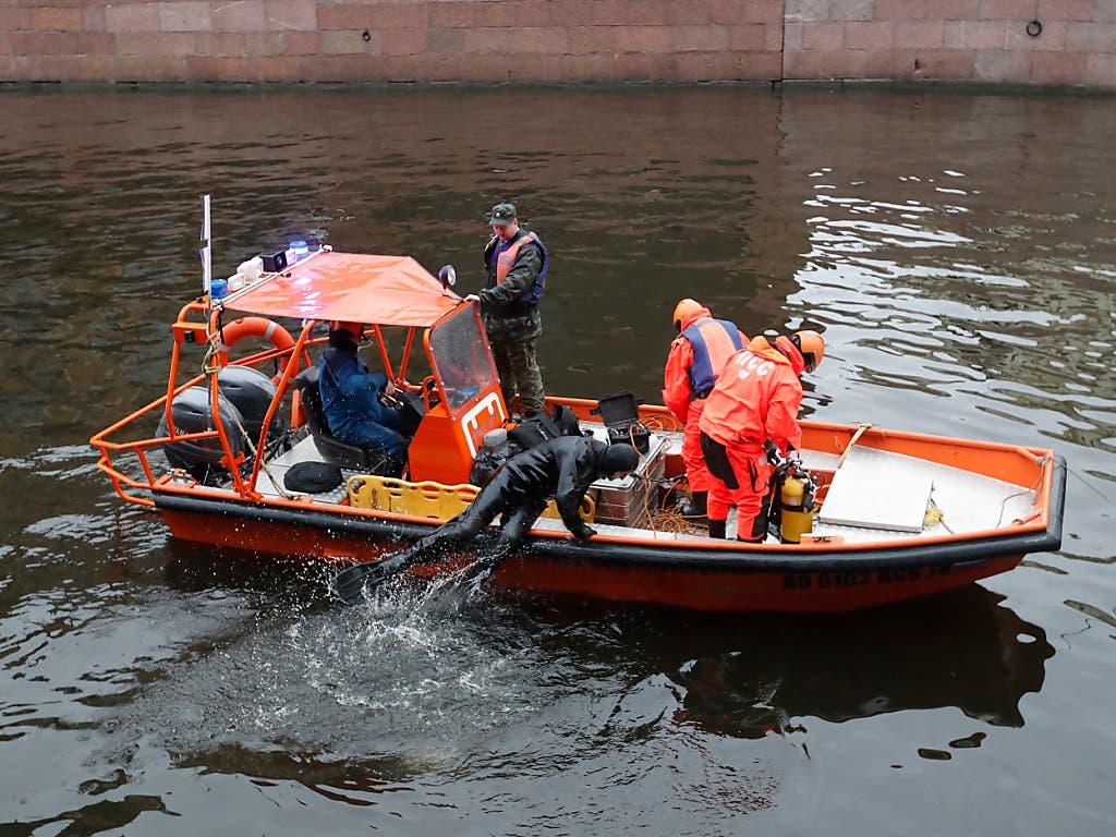Rettungstaucher an der Arbeit im Fluss Moika in St. Petersburg, wo sie am Samstag in einem Rucksack des Historikers Oleg Sokolow Leichteneile einer ehemaligen Studentin fanden. (Bild: KEYSTONE/EPA/ANATOLY MALTSEV)