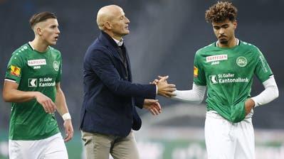 St.Gallens Trainer Peter Zeidler und seine Spieler Yannis Letard (rechts) und Ermedin Demirovic. (Bild: Peter Klaunzer/KEY)