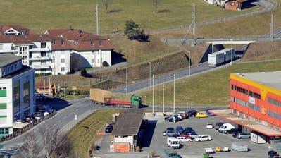 Bei der Zentralbahn-Brücke über die Hofmättelistrasse (rechts oben) soll nach Vorstellungen der CVP eine Fussgänger-Überführung erstellt werden. (Bild: Robert Hess, Alpnach, 29. Februar 2012)