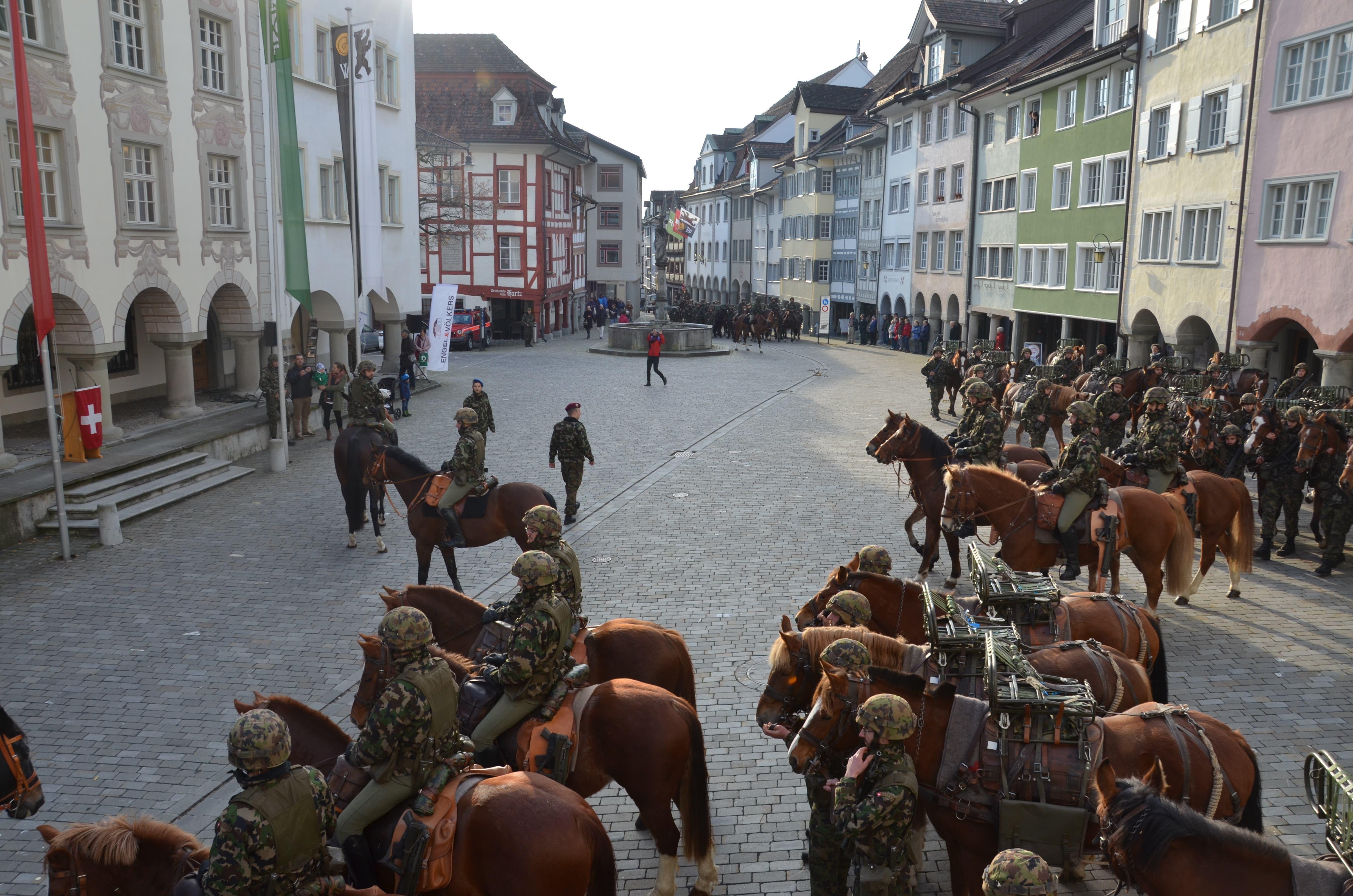 Mehr und mehr füllt sich der Hofplatz mit Pferden und Soldaten. (Bild: Rosa Schmitz)