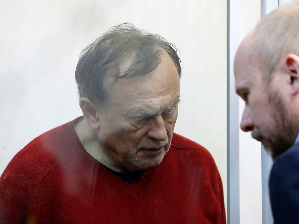 Oleg Sokolov (links) lauscht am Montag den Worten seines Anwalts im Gericht in St. Petersburg. Er bleibt wegen Mordverdachts bis mindestens am 8. Januar in U-Haft. (Bild: KEYSTONE/EPA/ANATOLY MALTSEV)