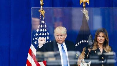 Auch eine kugelsichere Glasscheibe kann ihn davor nicht schützen: Am Mittwoch starten die öffentlichen Amtsenthebungs-Anhörungen gegen Präsident Donald Trump. (Bild: Keystone)