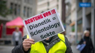 Die «Freien Anti-Scientology Aktivisten» warnten am Samstag Passanten in der St.Galler Neugasse vor Scientology, die dort einen Stand hatte. (Bild: Michel Canonica - 9. November 2019)