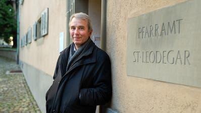 Pfarrer Ruedi Beck vor dem Pfarramt St.Leodegar. (Bild: Dominik Wunderli, Luzern, 12. November 2019)