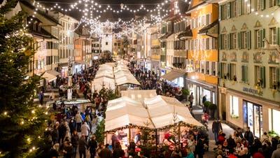 Der Weihnachtsmarkt im luzernischen Willisau hat eine imposante Kulisse – er findet inmitten der alten Zähringerstadt statt. (Bild: Philipp Schmidli, 7. Dezember 2018)