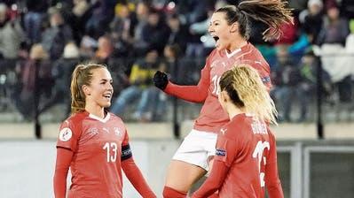 Ramona Bachmann (Mitte) bejubelt das 2:0, einen ihrer drei Treffer. (Bild: Claudio Thoma/Freshfocus)