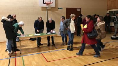 Dino Giuliani und Urs Egli (hinter dem Tisch) sammeln Unterschriften. (Bild: Samuel Koch)