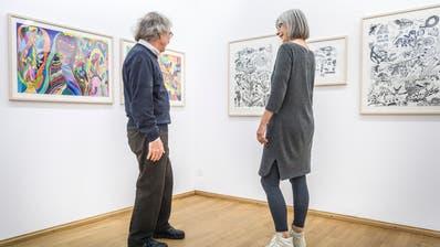 Die Kunstvereins-Vorstandsmitglieder Anton Weibel und Martha Oehy schauen sich die Ausstellung im Bernerhaus an. (Bilder: Andrea Stalder)