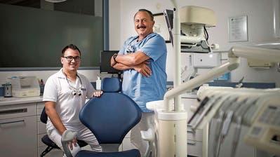 Die Zahnärzte Sandro (links) und Hansueli Keller arbeiten seit fast drei Jahren zusammen in der Familienpraxis. (Bild: Benjamin Manser)