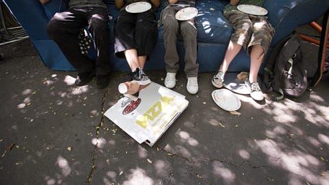 Immer mehr Leute verpflegen sich auf der Strasse. Leere Verpackungen am Boden sind in den Innenstädten ein Problem. (Bild Getty)