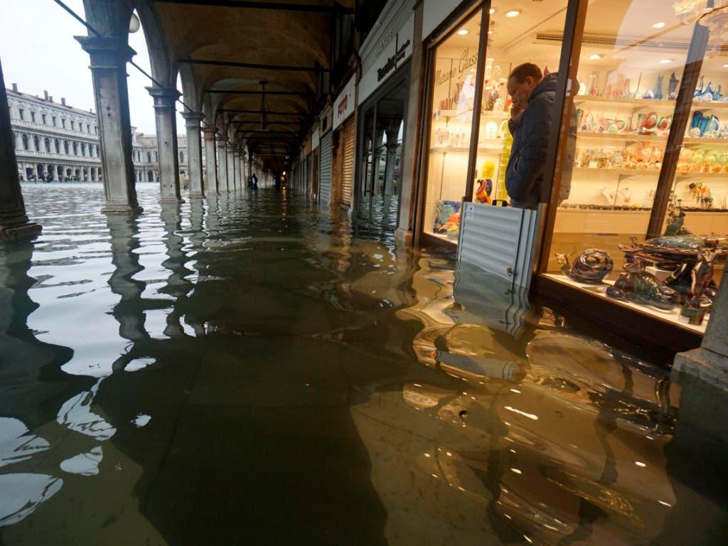 Mitarbeiter von Einkaufsgeschäften am berühmten Markusplatz in Venedig standen knöcheltief im Wasser. (Bild: KEYSTONE/AP SUB/ANDREA MEROLA)