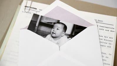 Ein Bild eines Kindes, das zur Adoption freigegeben wurde, aus dem Stadtarchiv Bern. Archive helfen ehemaligen Verdingkindern bei der Suche nach Unterlagen. (Bild: Peter Klaunzer, Keystone (14. Februar 2017))