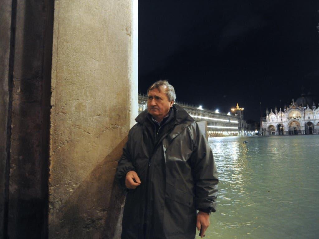 «Unauslöschliche Spuren»: Venedigs Bürgermeister Luigi Brugnaro in der überfluteten Stadt. (Bild: KEYSTONE/EPA ANSA/ANDREA MEROLA)