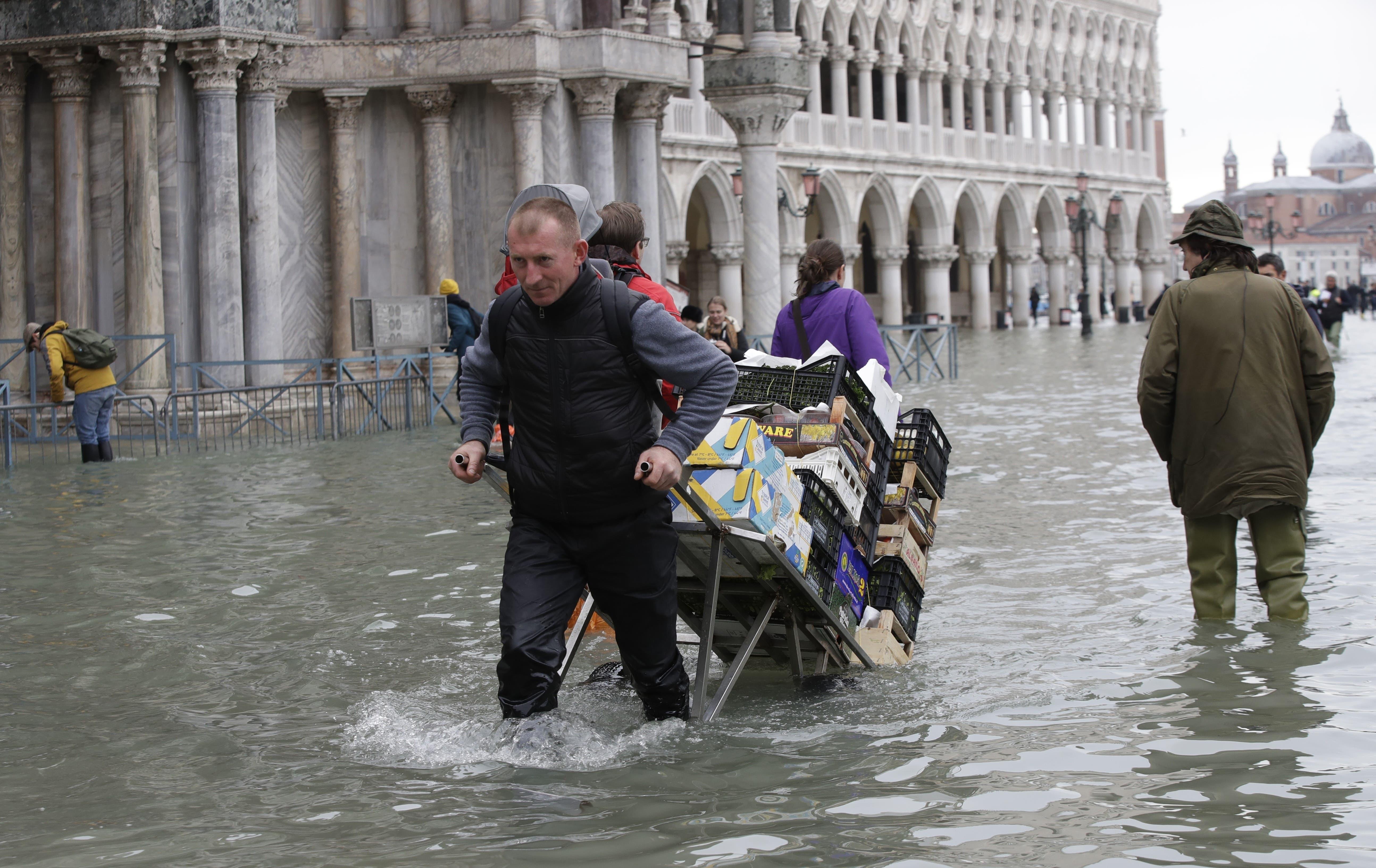 Ein Mann transportiert Lebensmittel. (Bild: AP Photo/Luca Bruno)