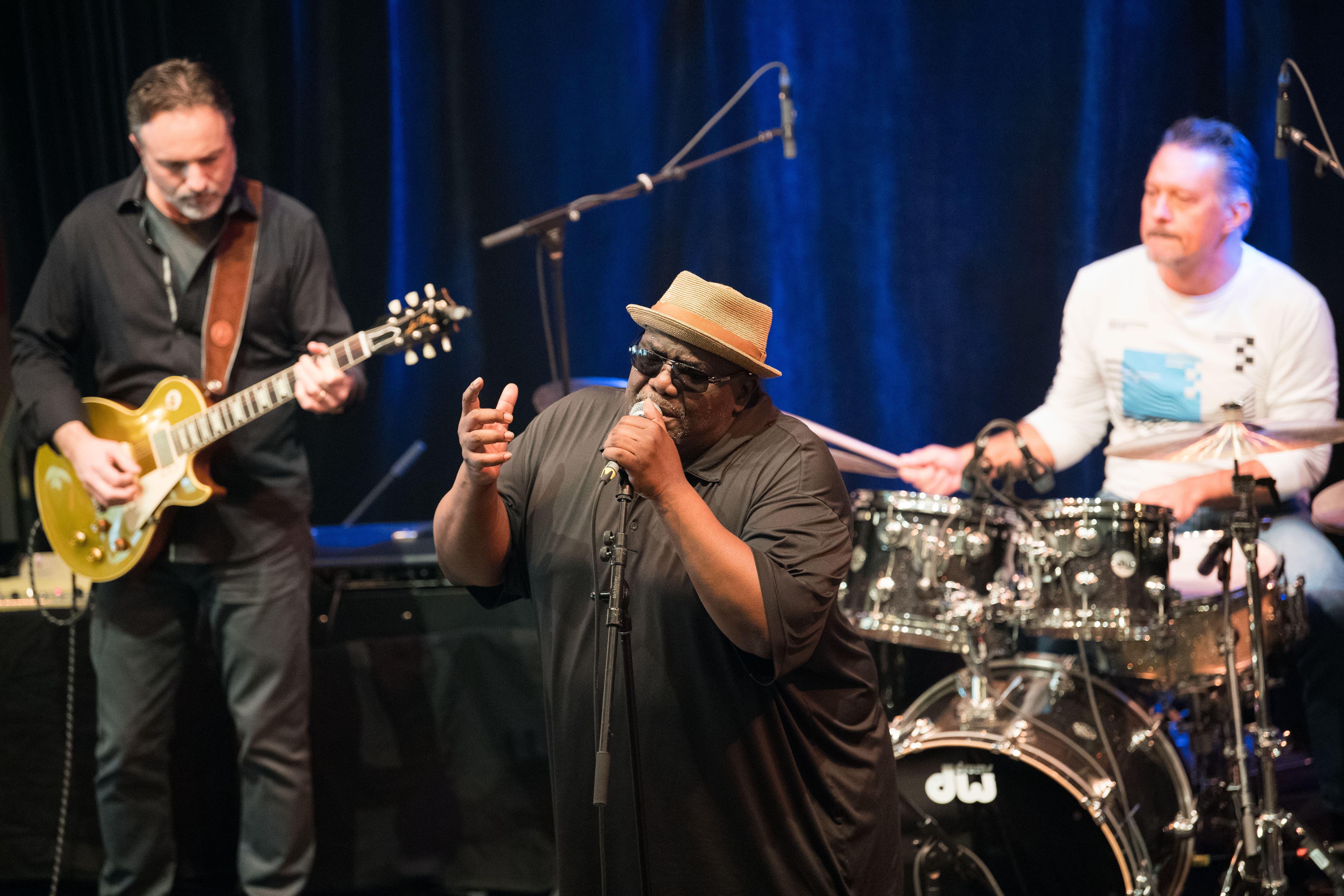 Die Altered Five Blues Band mit der kernigen Stimme von Jeff Taylor zog das Publikum in seinen Bann.