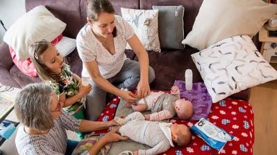 Hebamme Karin Bachmann (links) zu Besuch bei Karin Hartmann, ihren Zwillingen Tim und Eva sowie Tochter Sophie. (Bild: Nadia Schärli, Altwis, 20. Mai 2019)
